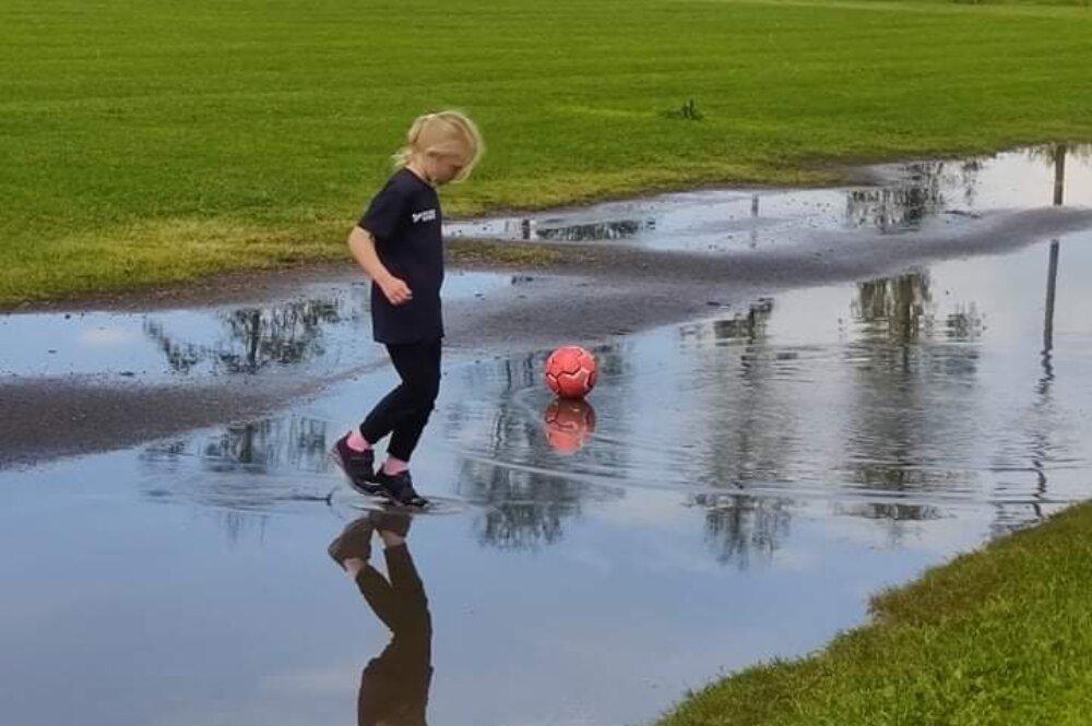 Fotbollsskola på Svedboäng - spöregn, åska och sol!